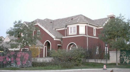 以独栋别墅和联排别墅为主,建筑风格比较多样,环境幽雅,绿化完善.