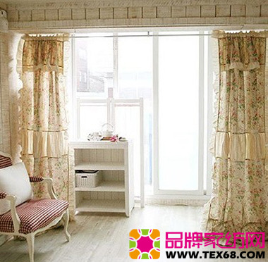 碎花布艺窗帘营造清新田园客厅