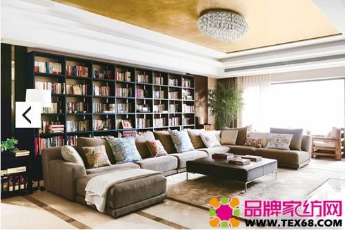 书架被安排在了客厅最显著的位置