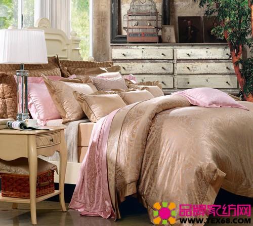 夏洛特公主 本产品设计上采用经典的欧式图案作为主体,花型温婉典雅,层次丰富,凸显出产品的大气与精致之美。丝棉面料柔软舒适,天然亲肤,富有光泽,使产品具有优雅韵味,适合搭配欧式风格的寝居。 漫天轻盈的雪花,轻柔飘荡;纤巧而纯美,迎接你我的到来;婉转叙述无言的表达。