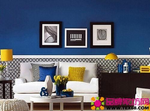 黑白条纹,蓝色,黄色的抱枕让沙发区域的色彩鲜活起来