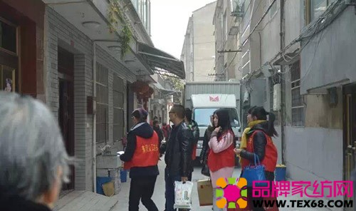 义工们拿起慰问物品送往各街道的老人家里