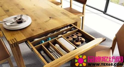 原木材质的餐桌,下面的抽屉放置各种餐具