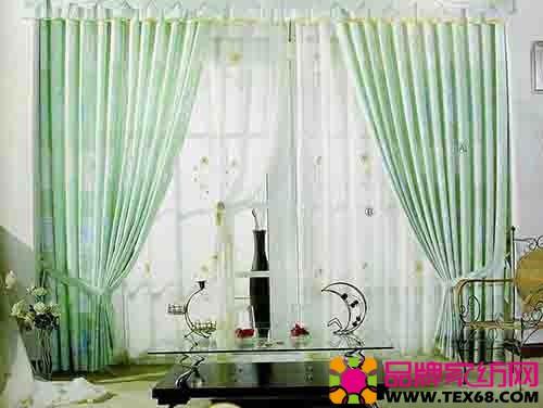 黄绿色的条纹窗帘,欧式风格则可以选择图案较为华丽