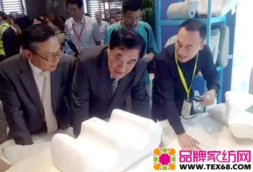 王天凯感受品牌新推出的磁系列功能家纺