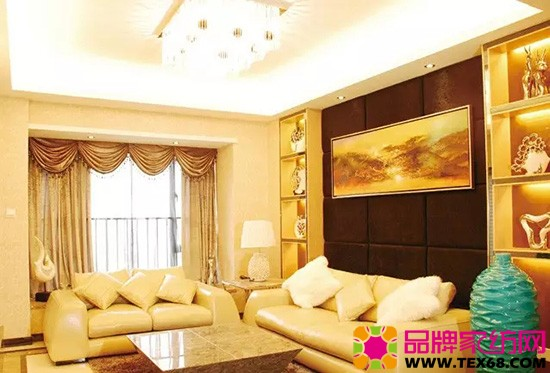 客廳:以淺色系沙發和窗簾搭配柔和的燈光