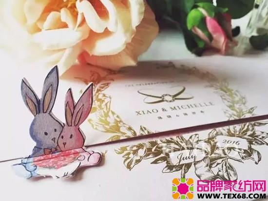 兔子饼干礼盒 当初陈妍希一看到兔子玩偶非常喜欢,陈晓马上买下来送她,加上陈晓属兔,所以,也不时会用和兔子相关的表情符号、物品传情。 喜酒 特别定制的葡萄酒寓意爱慕,瓶身加入了两人亲手设计的图案陈晓设计的双Clogo和陈妍希手绘的兔子。没有什么能比情人的亲手绘制更能传达爱意了。