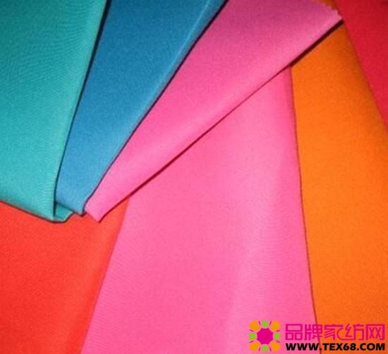 雪纺面料的优缺点 涤纶面料的缺点: 第一,染色性差。涤纶分子链上因无特定的染色基团,而且极性较小,所又染色较为困难,易染性较差,染料分子不易进入纤维。但色牢度好,不易褪色。 第二,抗熔性差。涤纶是合纤织物中耐热性最好的面料,具有热塑性,可制做百褶裙,褶裥持久。同时,涤纶织物的抗熔性较差,遇着烟灰、火星等易形成孔洞。因此,穿着时应尽量避免烟头、火花等的接触。 第三,吸湿性差。涤纶织物吸湿性较差,穿着有闷热感,同时易带静电、沾污灰尘,影响美观和舒适性。不过洗后极易干燥,且湿强几乎不下降,不变形,有良好的洗可