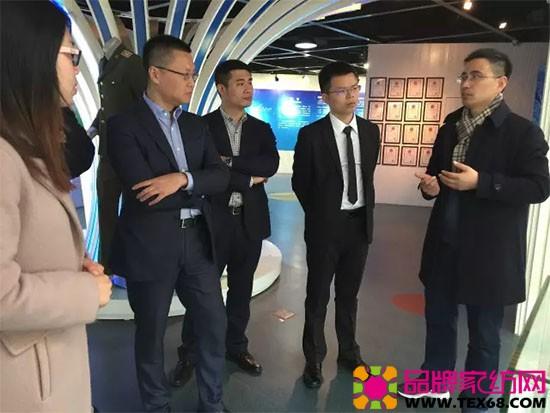 东华大学纺织学院副院长徐广标为梦洁家纺集团CEO李菁等领导介绍科研成果