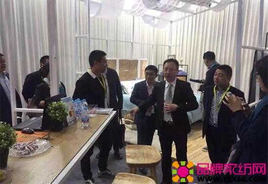 中国家用纺织品行业协会会长杨兆华等一行数人来到了宝缦家纺展位进行参观