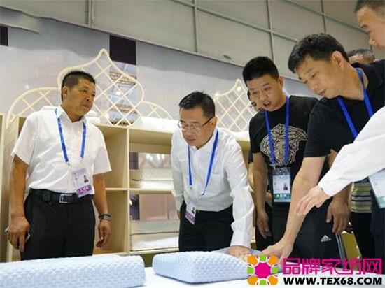 海门市委常委、工业园区党工委书记祁中伟(左二)带队考察参展企业的展品