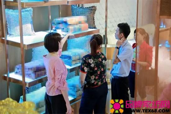 黛富妮家纺工作人员为经销商们耐心讲解服务的身影