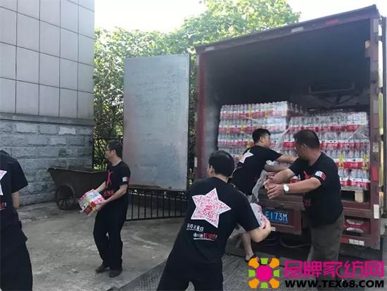 志愿者们对救灾物资进行分发搬送