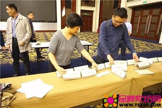 中国家纺协会副会长朱晓红和工作人员一起摆桌签