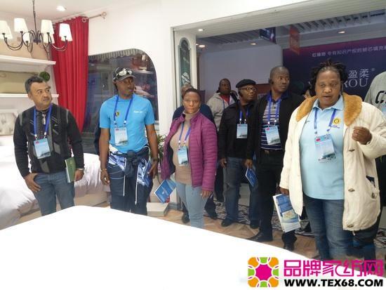 约瑟夫一行参观了中国家纺博物馆精品家纺展销区