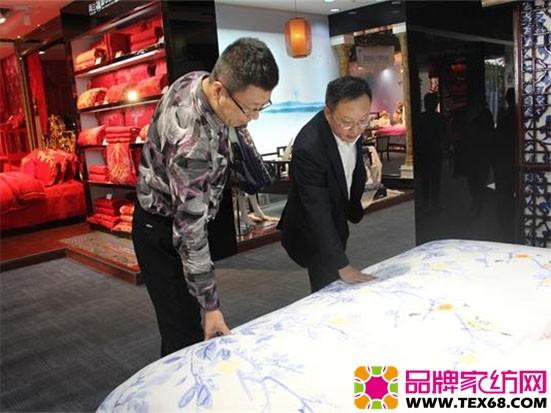 杨会长一行参观了艺术展厅