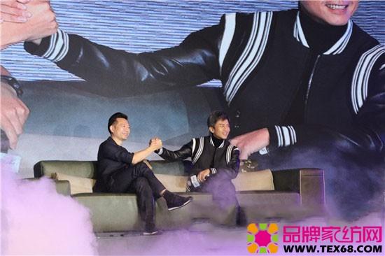 """顾家家居代言人邓超与董事长顾江生坐在沙发""""梦立方""""上惊喜出场"""