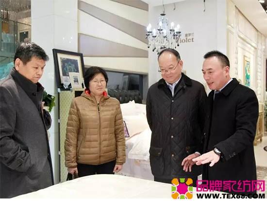 紫罗兰家纺的陈永兵董事长带领调研团参观了紫罗兰家纺的水上展厅和生机展厅