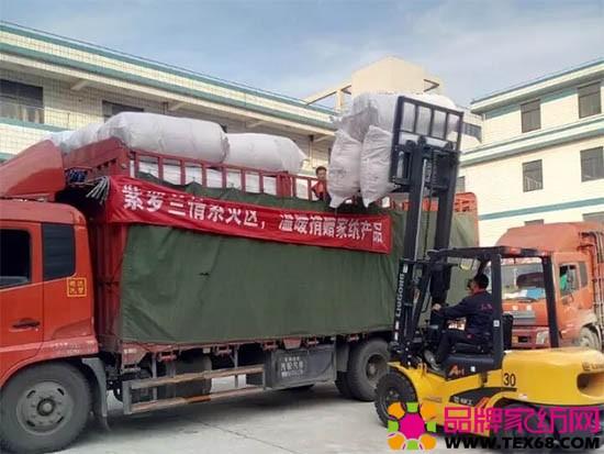 紫罗兰货车在装货