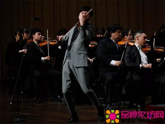 投入的小提琴演奏