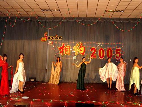 相约2005元旦晚会上,模特们自豪的展示孚日家纺产品