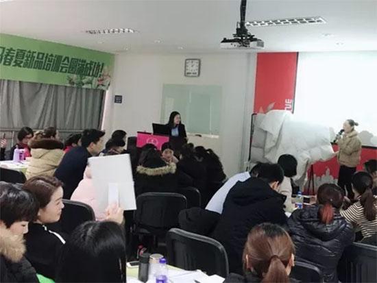 凯盛家纺培训师秦老师为学员们讲解2018春夏产品的工艺及采用面料