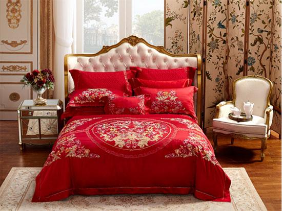 繁复精美的多色刺绣点缀在大红的被面