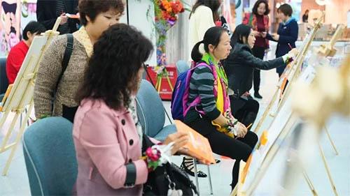 现场展示了富安娜设计师的精选设计花稿,嘉宾们认真的为设计花稿上色