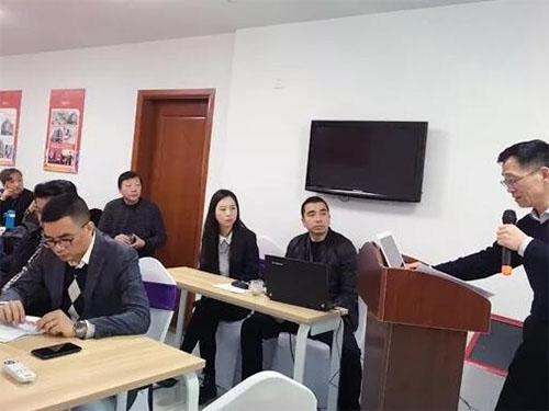 公司财务总监王永军在专题会议上全面分析了公司上年度重点客户排名