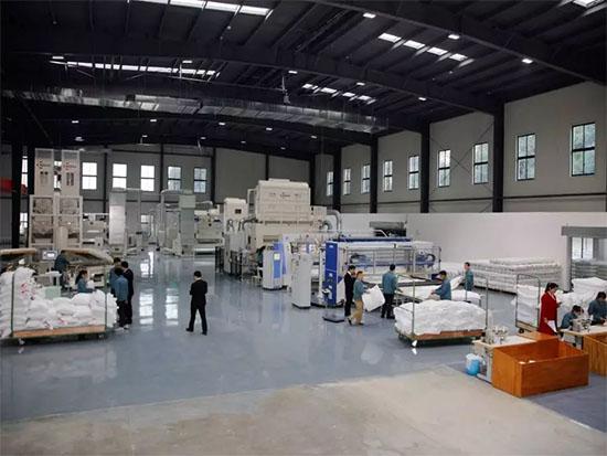 梦洁家纺全智能基本款工厂主要生产枕芯、被芯类的产品
