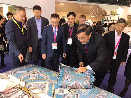 王天凯一行人在参观红柳家纺展位数码印花系列床品