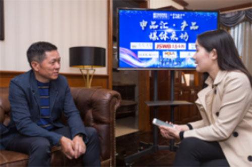 薛伟成现场接受记者采访