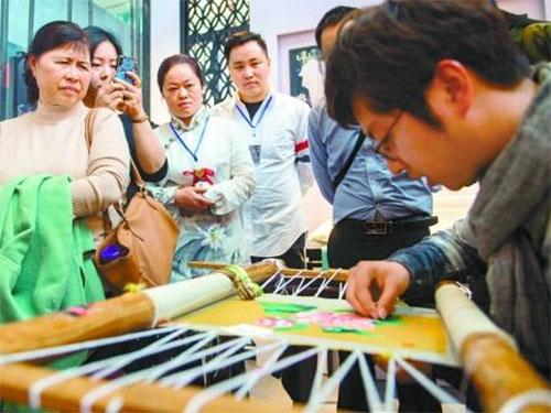 湖南省博物馆,市民在观看匠人刺绣
