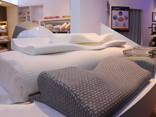 各种型号的枕头,为舒适睡眠提供基础的保障。