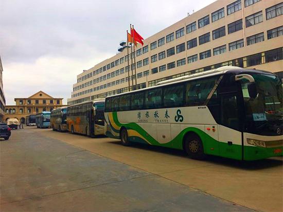 300多名游客来到航母工厂参观