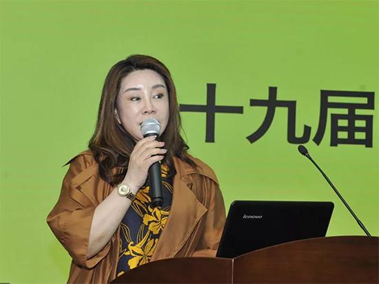 雅兰纺织集团董事长韩玲女士代表近千家品牌企业发言