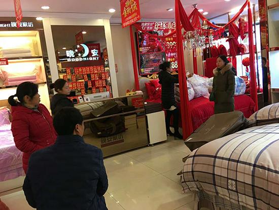 店员正在帮客户打包产品