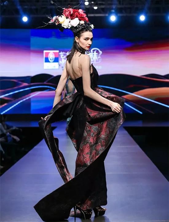 设计师将万千花朵绣在一件件华丽的大礼服