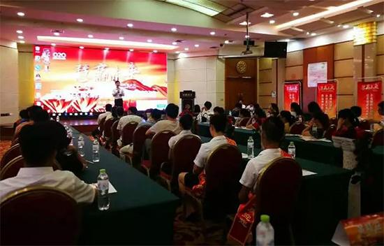 百丽丝家纺广西片区经理唐波负责会议整体流程