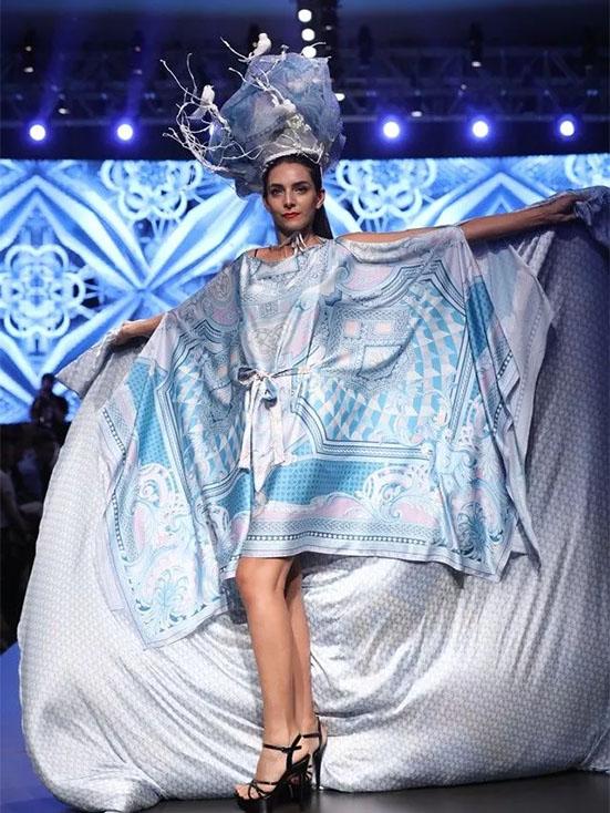 当模特走在T台时,观众的目光全都聚集到她们身披的被子上