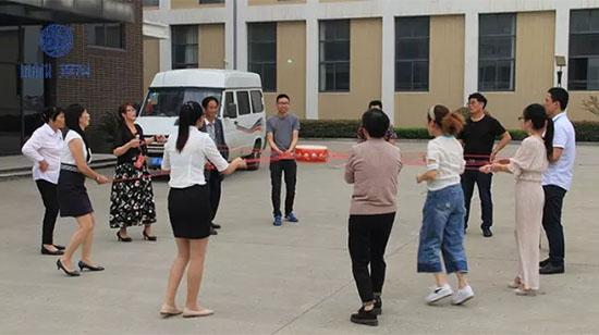 主持人和客户们一起进行了户外拓展训练