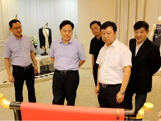 代表团一行参观了服装面料展厅、家居家纺展厅