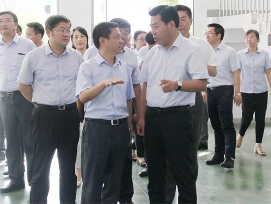江苏悦达集团董事局主席王连春带领领导现场慰问纺织集团一线员工