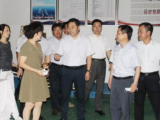 王连春一行先后查看了家纺面料公司、家纺制品公司。