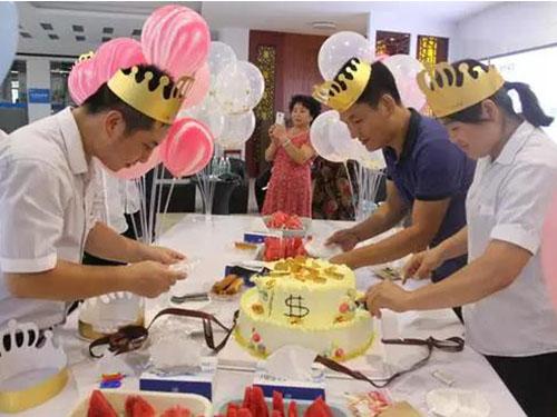 当月寿星一起切蛋糕