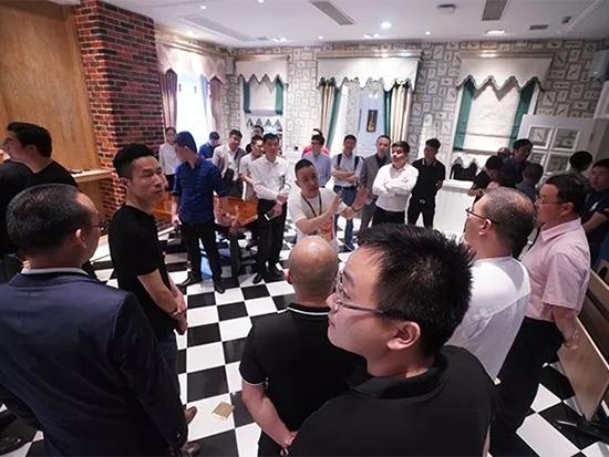 如鱼得水产品设计总监赵华国先生带领与会嘉宾前往如鱼得水2楼整体软装展馆进行参观