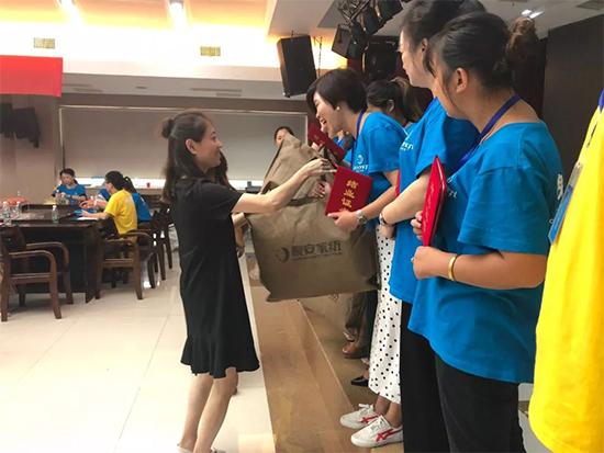 总经理助理杨雅萍女士为胜出的团队颁发了奖品