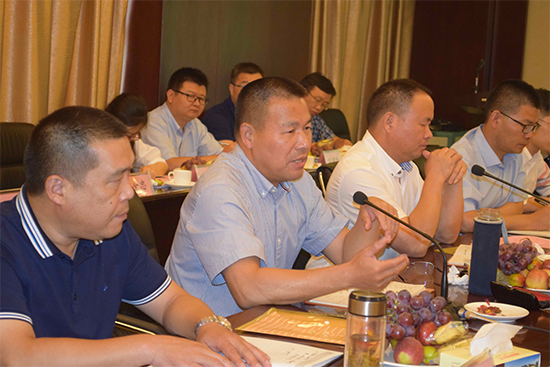 集团总裁办主任任仲淼通报了各公司工作情况