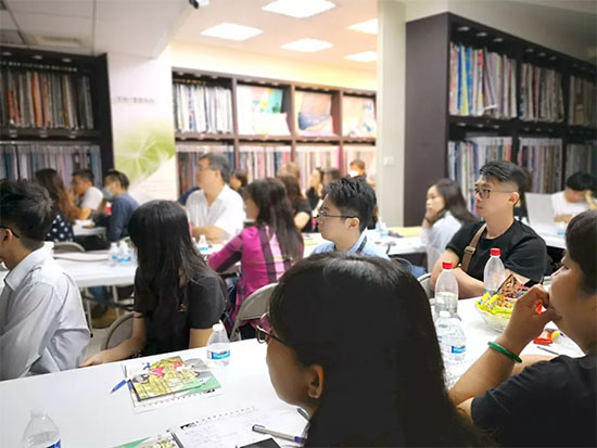 与会客户与来宾朋友齐聚一堂倾听课程讲解
