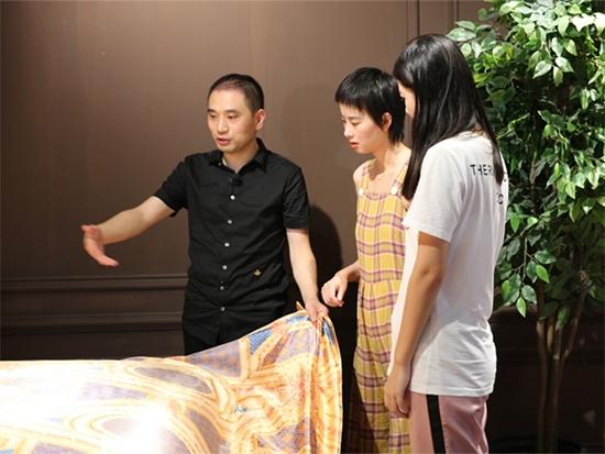 余董為節目組介紹老裁縫的產品